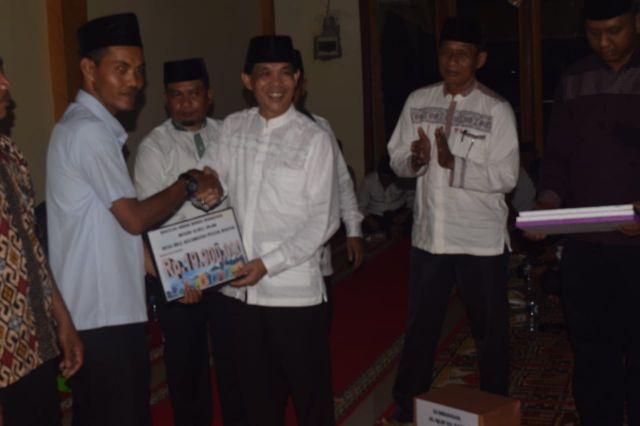 Bupati diwakili Sekda Kuansing Dianto Mampanini didampingi Camat Pucuk Rantau Harjunaidi serahkan bantuan masjid.