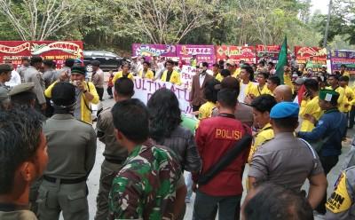 Demo mahasiswa saat pelantikan anggota DPRD Kuansing periode 2019-2024.