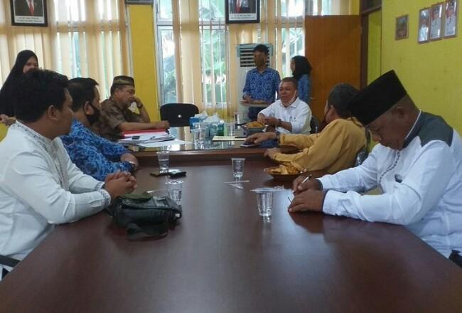 Dewan Pendidikan Provinsi Riau saat mengadakan pertemuan dengan Dewan Pendidikan dan Dinas Pendidikan dan Kebudayaan Inhu, terkait pengunduran diri 64 kepala sekolah SMP negeri di Kabupaten Inhu, Riau, Jumat (17/7/2020). Foto: Kompas