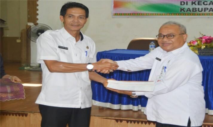 Asisten Administrasi Umum, HT Ilyas menyerahkan secara simbolis SPPT PBB P2 Tahun 2017 kepada Camat Mandau, Rabu (26/4/2017)