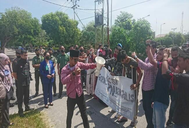 Mahasiswa demo Pn  bebasnya nelayan WNA.