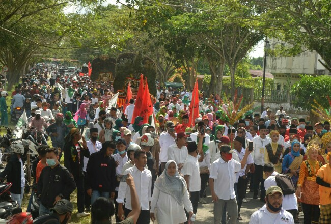 Ribuan pendukung mengantar pasangan Adil-Asmar mendaftar KPU Meranti.