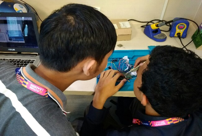 Dua mahasiswa XLFL sedang mengerjakan proyek Internet of Thing (IoT) di laboratorium pengembangan IoT milik XL Axiata, X-Camp.