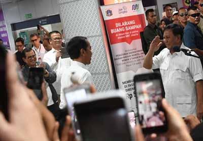 Ketua Umum Partai Gerindra Prabowo Subianto (kanan) memberi hormat kepada Presiden Joko Widodo (kiri)