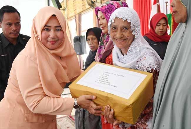 Ketua DWP Akna Juwita menyerahkan bantuan sembako kepada kaum duafa.j