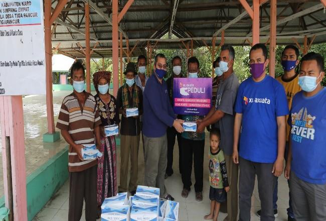 Guguran abu Gunung Sinabung di Kabupaten Tanah Karo, Sumut kembali terjadi pada Sabtu kemarin. XL Axiata  membagikan masker untuk warga pedesaan.