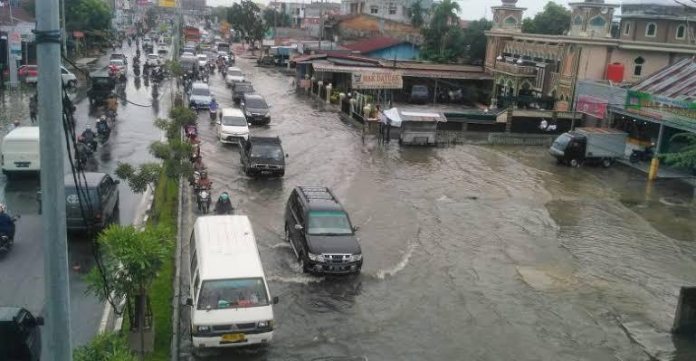 Banjir Pekanbaru saat hujan deras.