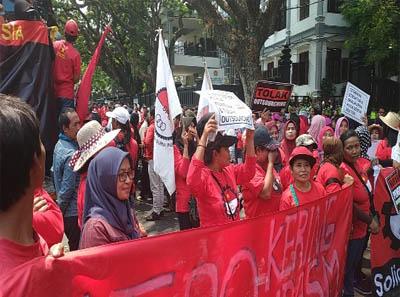 Demo buruh di Malang menolak kenaikan iuran BPJS Kesehatan. FOTO: Okezone