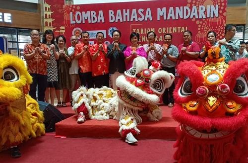 Foto bersama dalam acara Lomba Bahasa Mandari Metro Riau.