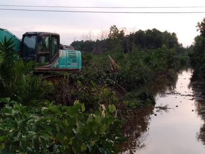 Eko Suharjo kerahkan Ekskavator atasi banjir di Kelurahan STDI.