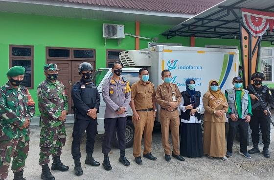 PLT Kepala Dinas Kesehatan Dumai Syahrinaldi dan Kapolres Dumai AKBP Andri Ananta Yhudistira menyambut kedatangan vaksin Covid-19 di Gudang Farmasi Dinkes Dumai, Selasa (26/1/2021)