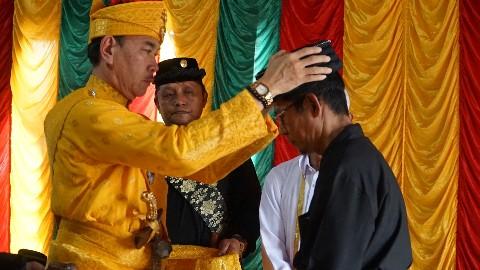 Raja Yang Dipertuan Agung H T M Nizar menobatkan  gelar Datuk Besar Khalifa Kenegerian Gunung Sahilan.