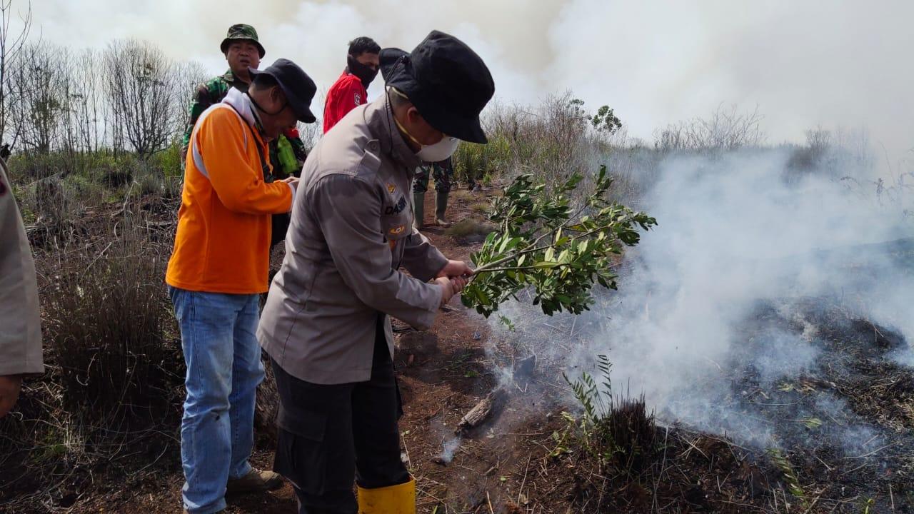 Kapolres Inhu AKBP Dasmin Ginting SIk bersama anggota saat berjibaku memadamkan api