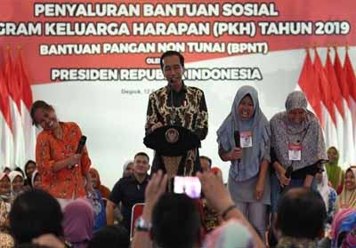 Presiden Jokowi dalam salah satu acara penyaluran Bantuan Pangan Non Tunai (BPNT)