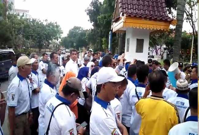 Massa dari Forum RT/RW Pekanbaru datangi Kantor Walikota Pekanbaru menuntut uang insentif meraka yang 3 bulan belum dibayarkan.