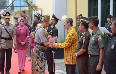 Gubri H Syamsuar hadiri Tradisi Penyambutan Kapolda Riau dan Farewell Parade, di Satbrimob Polda Riau.