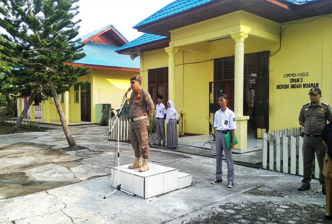 Kasat Polisi Pamong Praja Kepulauan Meranti, Helfandi SE MSi beri motivasi kepada SMA Negeri 3 Selatpanjang, Kecamatan Tebingtinggi.