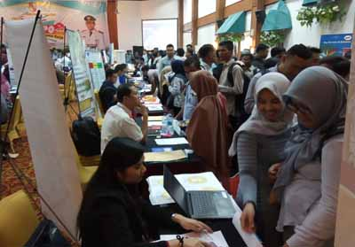 Para pencari kerja memasukan lamaran ke Perusahaan di Pekanbaru Job Expo.