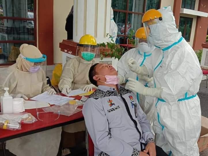 Cegah penularan virus Corona, Komisioner KPU Dumai, Parno ikut Swab Test di gedung Pendopo Jalan Putri Tujuh Kota Dumai, Selasa (14/7/2020).