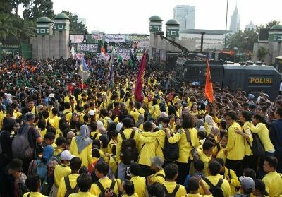 Ribuan Mahasiswa melakukan aksi demo di Depan Gedung DPR/MPR. Foto: Kompas