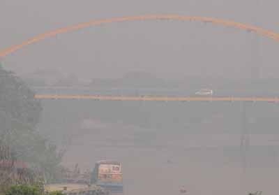 Asap pekat yang sempat menyelimuti Kota Pekanbaru beberapa waktu lalu.