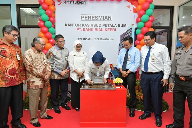 Gubri diwakili Asisten III Bidang Administrasi Umum Setdaprov Riau Hj. Indrawati Nasution menandatangani prasasti tanda peresmian Kantor Kas Bank Riau Kepri di RSUD Petala Bumi, Kamis (27/12/17).