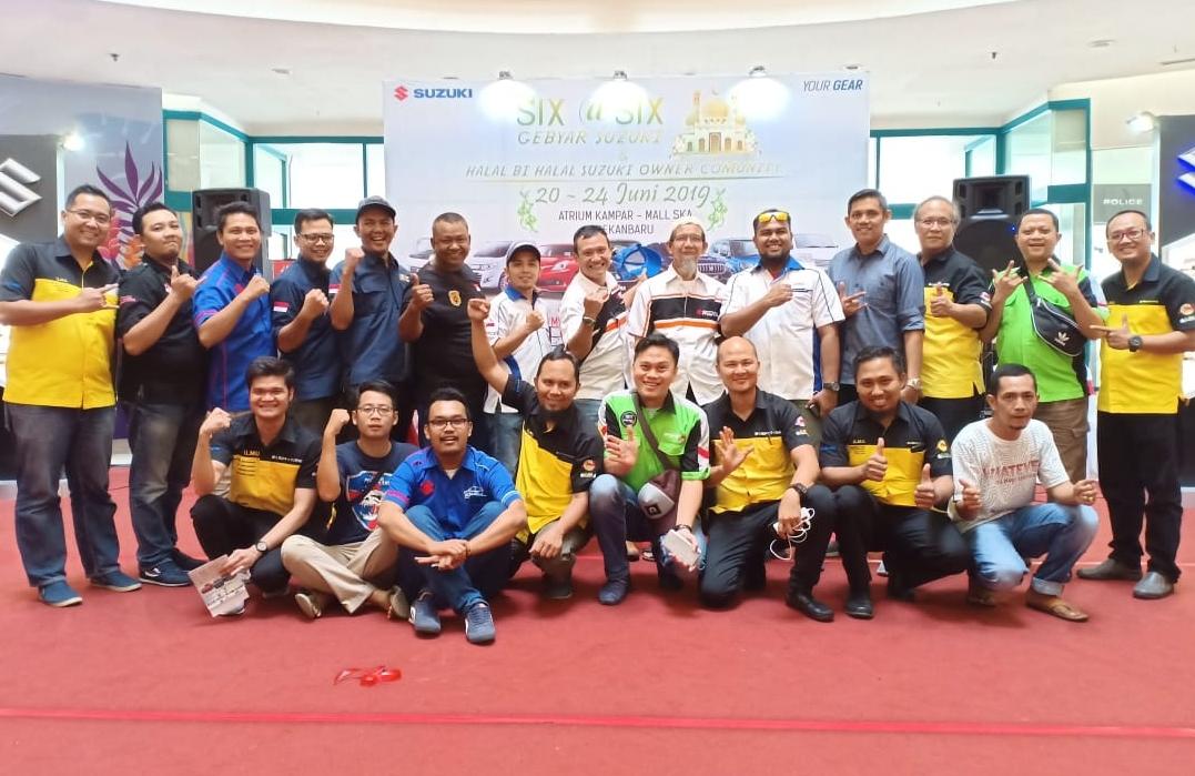 Manajemen Main Dealer Suzuki Wilayah Riau, Sejahtera Buana Trada (SBT) Riau foto bersama dengan Komunitas mobil Suzuki di Riau saat halalbihalal di Mal Ska, Sabtu (22/6/2019).