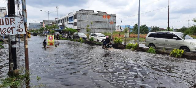 Banjir akibat air rob atau pasang air laut masih menggenangi ruas jalan di Dumai, salah satunya Jalan Hasanuddin.