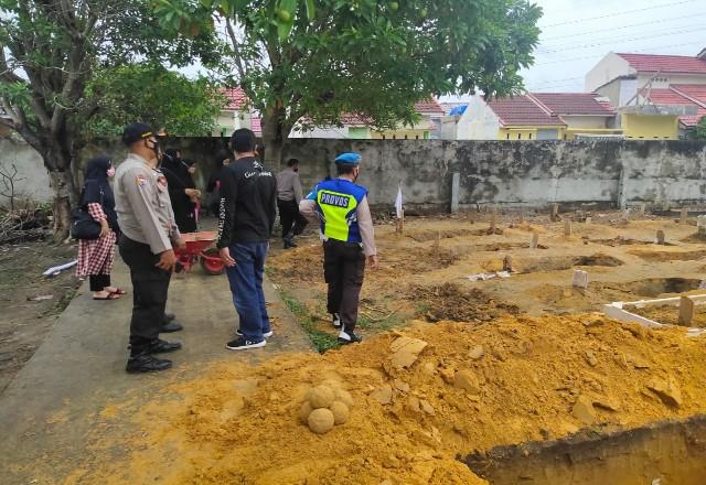 Kondisi makam di TPU Beringin Pekanbaru yang amblas.