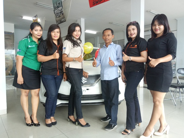 Branch manager Suzuki Arengka, Syamsul bersama tim sales counter