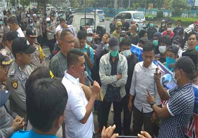 Massa Ampuh protes kinerja Bea Cukai ke DPRD Pekanbaru.