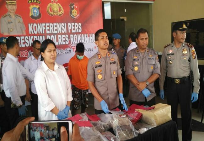 Kapolres Rohul AKBPDasmin Ginting S.IK, beri keterangan pers terkait ditangkapnya pelaku pembunuhan biduan orgen tunggal.