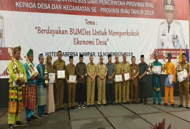 Bupati Suyatno menerima secara simbolis Bantuan Keuangan Khusus dari Pemerintah Provinsi Riau.