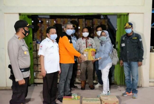 Penyerahan bantuan untuk korban banjir.
