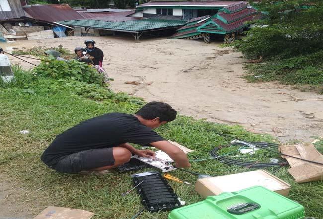 Teknisi sedang melakukan perbaikan infrastruktur jaringan XL Axiata di sekitar lokasi bencana banjir bandang yang berada di  jalur fiber optik Masamba -Tolemo, Kabupaten Luwu Utara, Selasa (14/7/2020).