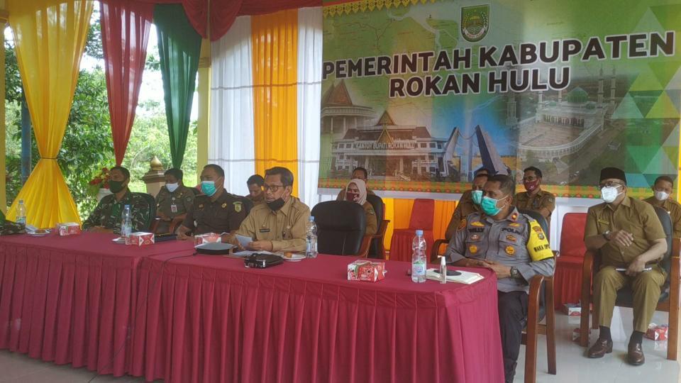 Pjs Bupati Rohul Masrul Kasmy, pimpin rapat kordinasi terkait antisipasi libur panjang dan mengatasi tingginya penularan Covid-19 bersama Gubernur Riau.