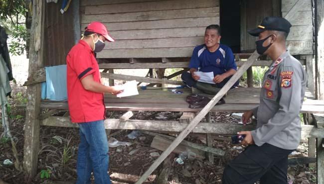 Crew Leader melakukan sosialisasi secara langsung kepada masyarakat mengenai bahaya karhutla.