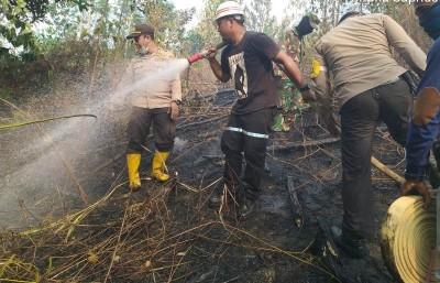 Kapolsek Kuantan Mudik AKP Aprizal bersama anggota dan TNI turun padamkan api.
