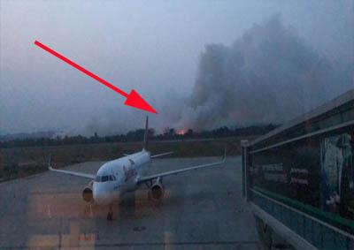 Api Karhutla tampak begitu dekat ke bandara Samarinda. FOTO: Merdeka