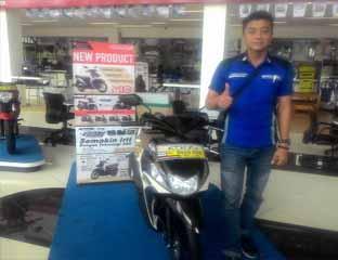 Salah seorang marketing sentral yamaha pekanbaru berfoto bersama yamaha mio z