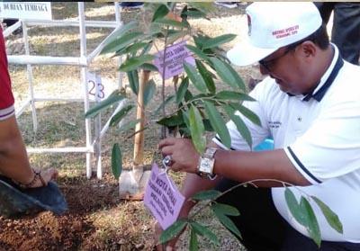 Mewakili walikota Dumai, Kepala Dinas Ketahanan Pangan dan Pertanian Kota Dumai, Hadiyono menanam pohon durian pada acara Apeksi 2019 di Semarang