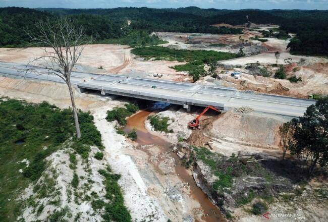 Sejumlah pekerja menggunakan alat berat untuk menyelesaikan pembangunan terowongan gajah di proyek Jalan Tol Pekanbaru-Dumai. Foto: Antara