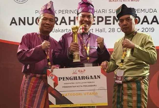 Walikota Pekanbaru Dr Firdaus MT menerima penghargaan dari Pemerintah Pusat setelah Kota Pekanbaru dinobatkan sebagai Kota Layak Pemuda.