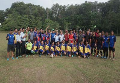 Foto bersama seusai pembukaan pertandingan sepak bola antar wilayah atau estate wilayah operasional PT RAPP.