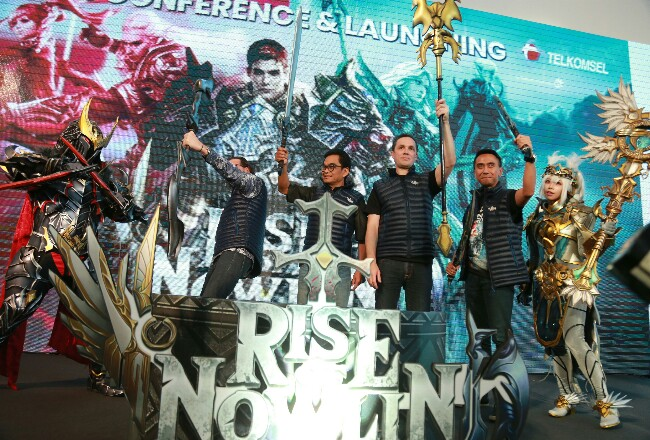 GM Digital Creative & Activation Telkomsel Aris sudewo, Head of Digital Lifestyle Telkomsel Crispin P. Tristram, Deputi Infrastruktur Badan Pariwisata dan Ekonomi Kreatif Hari Santosa Sungkar, dan CEO 8 Elements Joerg Tente saat peluncuran Games Rise of Nowlin di Jakarta, Kamis (20/02).