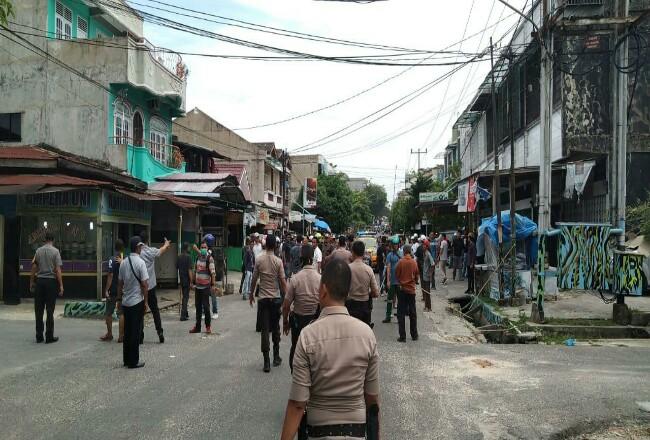 Polisi berhasil melerai dua massa yang bentrok di Jalan Tanjung Datuk, Pekanbaru.
