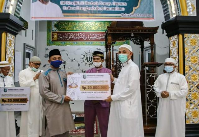 Walikota Dumai H Paisal menyerahkan bantuan untuk Masjid Al-Barkah dalam kegiatan safari Ramadhan, Rabu malam kemarin.