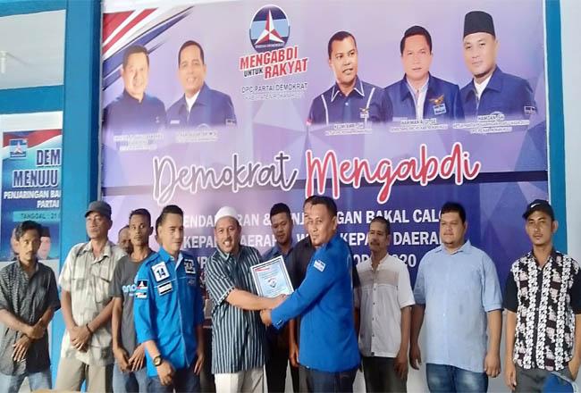 H.Hamulian menerima formulir pendaftaran, yang diserahkan Hamdan SE dari DPC Partai Demokrat Rohul