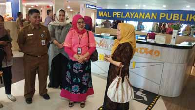 Deputi Koordinasi Pelaksanaan Pemantauan dan Evaluasi Pelayanan Publik Noviana Andrina (tengah) mengunjungi MPP Pekanbaru.