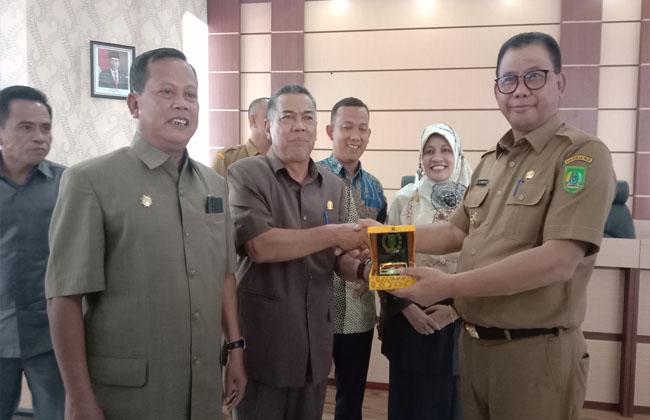 Ketua Komisi V DPRD Riau, Edi A Mohd Yatim S Sos MSi memberikan cendra mata kepada Bupati Suyatno.